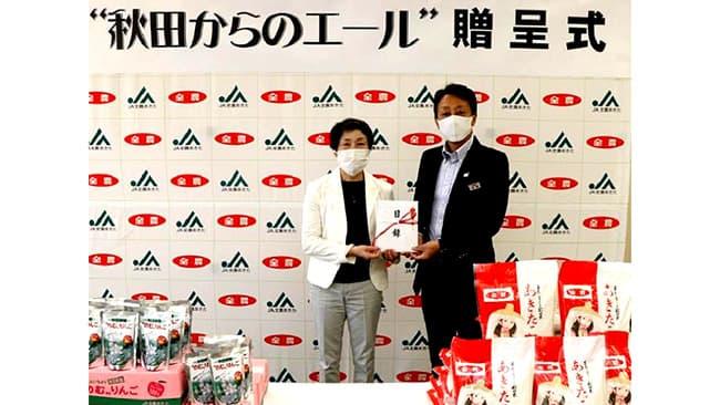 秋田県産食材を贈ったJA全農あきたの佐藤副本部長(写真右)とフードバンクあきた の林理事