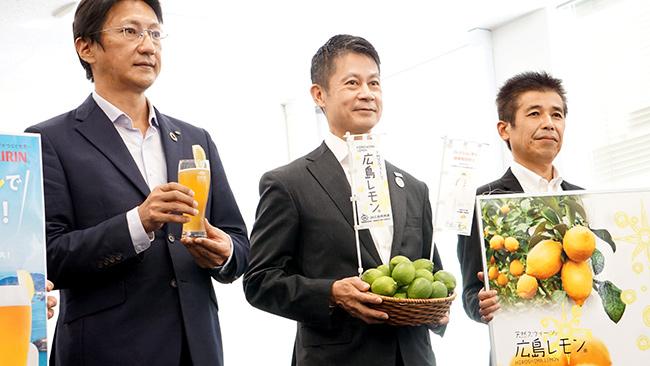 表敬時の湯崎知事(写真中央)とキリンビールの石塚統括本部長(同左)