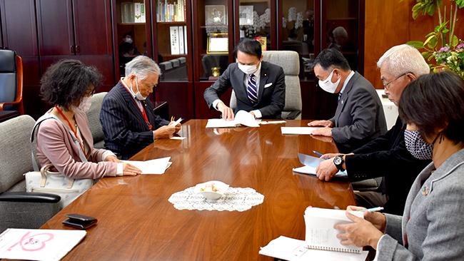 葉梨農水副大臣(中央)に要請する新世紀JA研究会