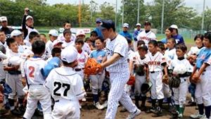 昨年度の野球教室で、内野手の指導をする井端講師