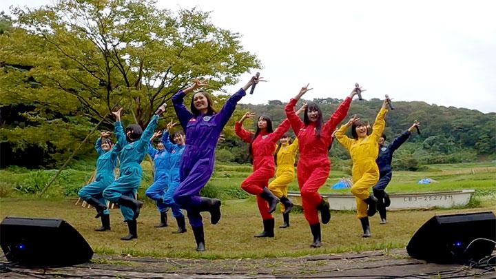 お礼の歌を披露する虹コンのメンバーたち