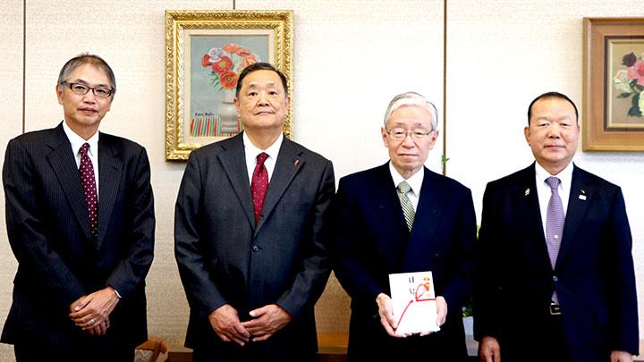 左からNHK松崎理事、東京都共同募金会加納常務理事、寄付金の目録を手にするNHK前田会長とJA全農菅野会長