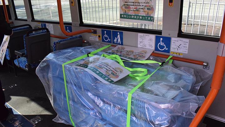 バスにコンテナを積載(写真提供:JA兵庫六甲)