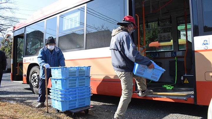 高平小学校前バス停で積み込みのシミュレーションの様子(写真提供:JA兵庫六甲)