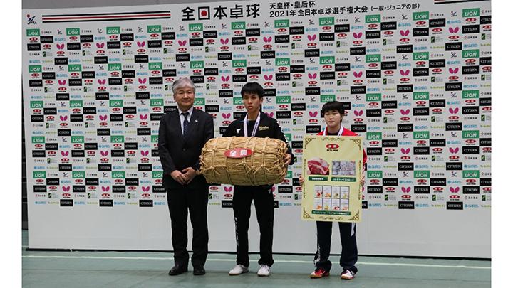 ジュニアの部で優勝した濵田選手(中央)と大藤選手(同右)