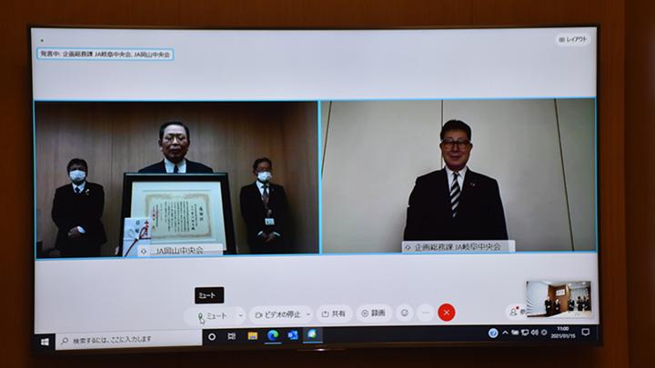 東京・大手町JAビル内のJA全国共済会会議室で。櫻井会長(右)と青江冨田会長。東京・大手町JAビル内のJA全国共済会会議室で。