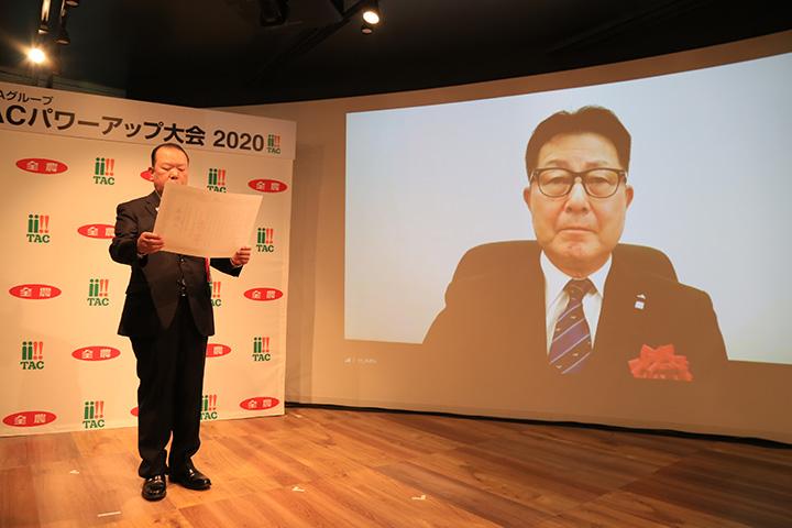 櫻井宏代表理事組合長を表彰する菅野全農会長