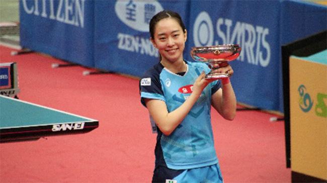 皇后杯を掲げる石川選手