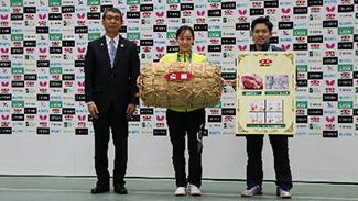全農の野口代表理事専務と、優勝した石川選手、及川選手(左から)