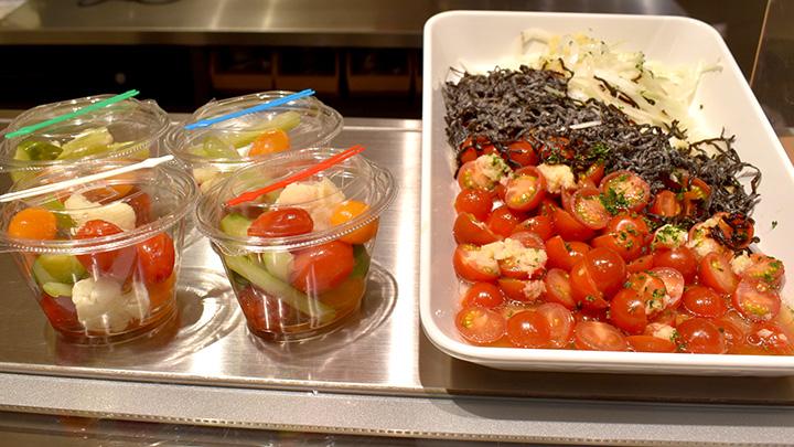 「豊橋産ミニトマトと塩昆布のしょうがドレッシング」(右)と「豊橋産ミニトマトと野菜のピクルス」