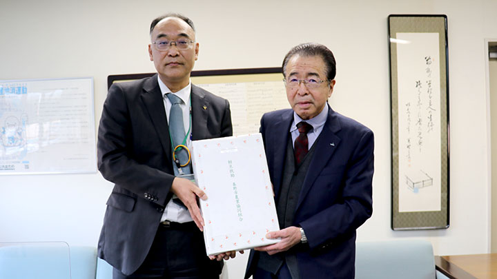 「相互扶助」ののし紙を付けた米を贈る山口政雄組合長