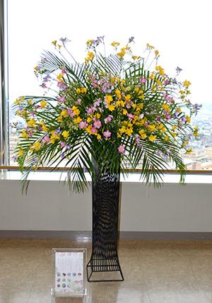 県庁19階展望ロビーに展示している入賞作品のアレンジメント