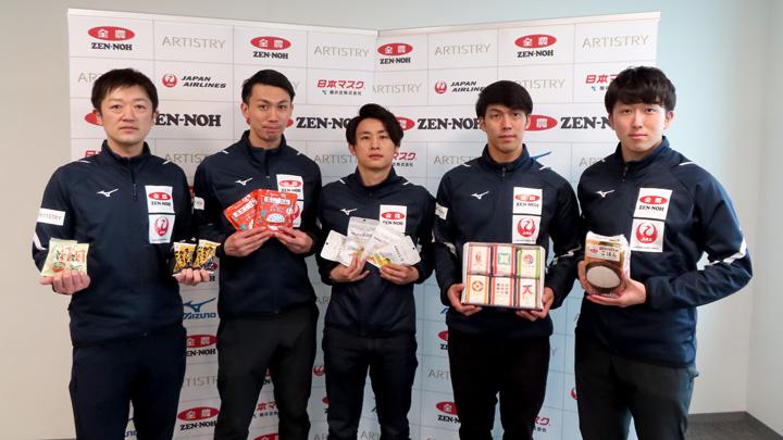 「ニッポンの食」を受け取ったカーリング男子日本代表
