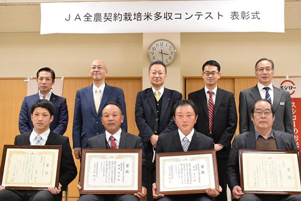 理事長最優秀賞の檜田さん(前列左から2人め)、優秀賞の西中さん(前列左から3人め)