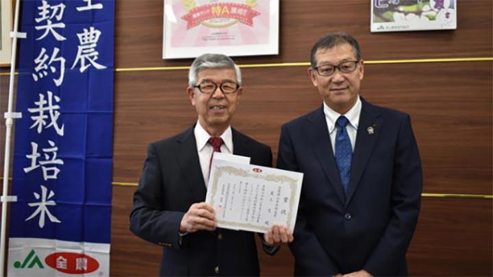 最上氏(左)と全農おかやま伍賀弘県本部長