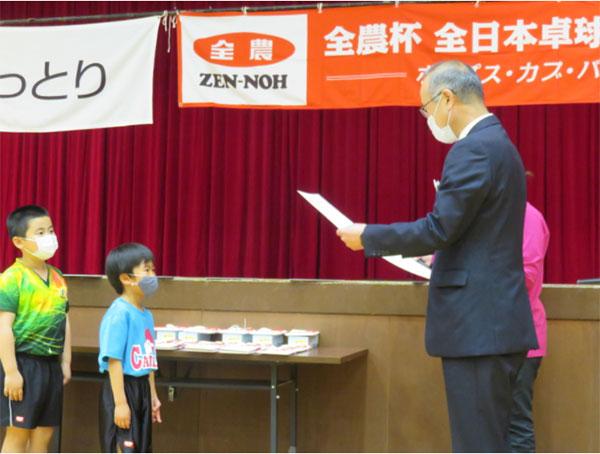 選手に賞状を手渡すJA全農とっとり柳田英貴副本部長
