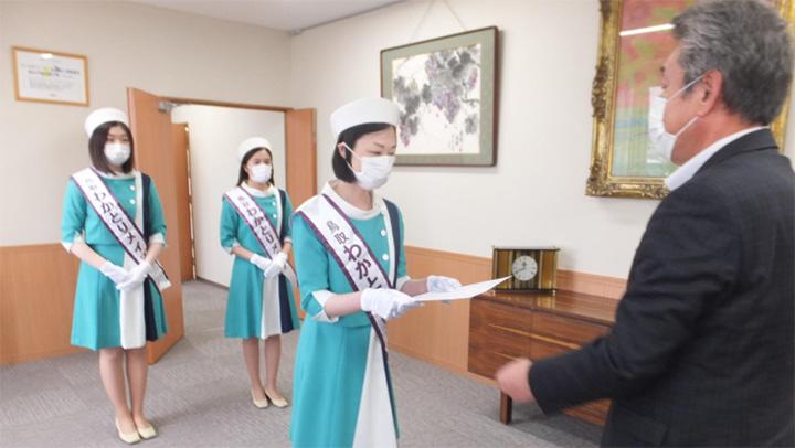 尾崎県本部長が任命証を交付