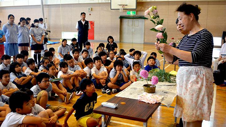 講師による生け花の授業の様子