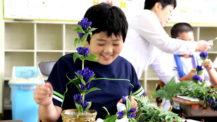 令和元年度の「花育」授業で生け花を体験する児童