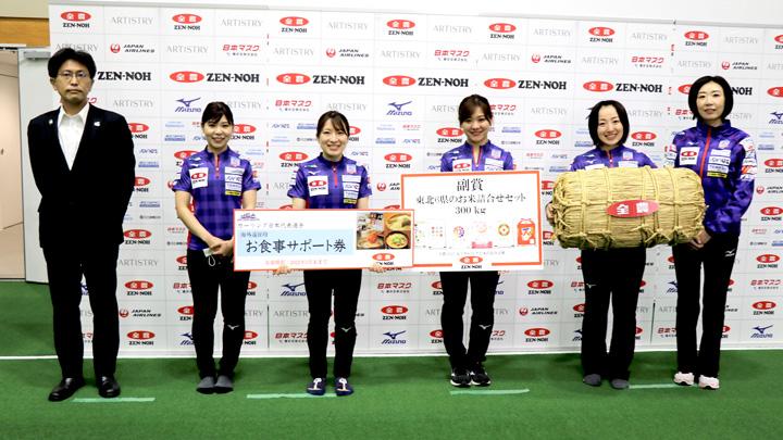 日本代表に決まった「LOCO SOLARE」のメンバーに東北6県のお米300キロを贈呈