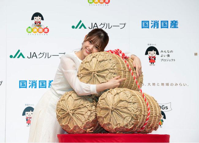 一生分のお米を贈られ喜ぶ松村さん