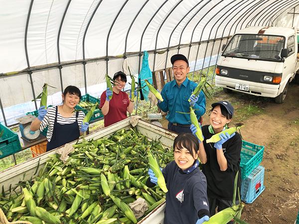 学外農業研修で汗を流す女子学生(農学部)