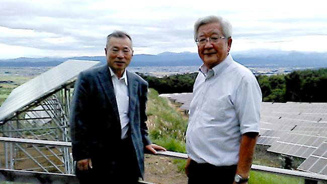 会津電力雄国発電所で佐藤弥右衛門会長(右)と