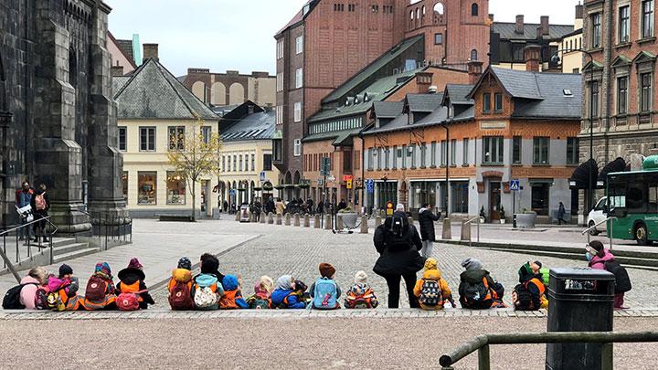 遠足の途中、ルンド大聖堂の前の階段で休んでいる保育園の子供達と先生