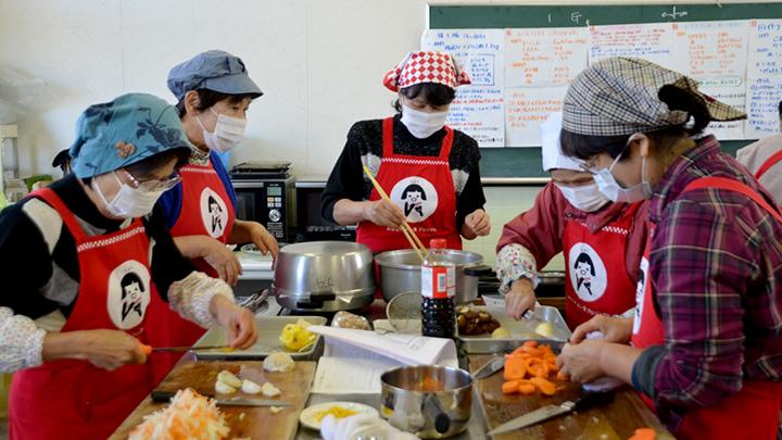 料理教室でおせちをつくる部員