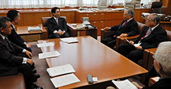奥原事務次官と交渉する新世紀JA研究会の役員