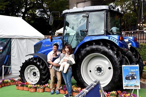 井関農機の大型トラクタと記念撮影