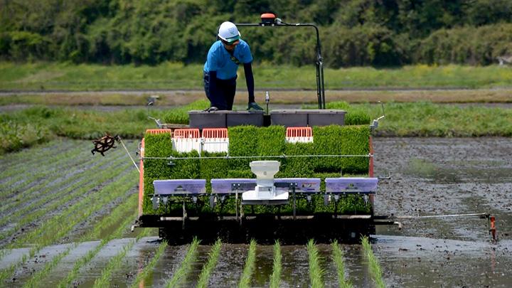 復興した被災地では自動走行農機などスマート農業も進む(宮城・東松島市で)