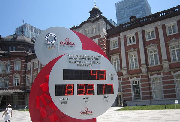 東京五輪までカウントダウンは間もなく1カ月を切る(JR東京駅前丸の内口の五輪電子時計で)