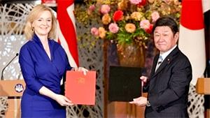 日英EPAに署名したトラス英国国際貿易大臣(左)、茂木外相