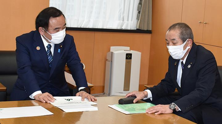 坂本大臣(左)と中家会長(東京・永田町の内閣府本府)