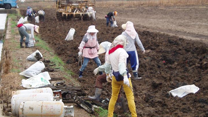 復興組合による瓦礫除去作業。大震災後、大量の瓦礫処理は営農再開の大きな障害になった