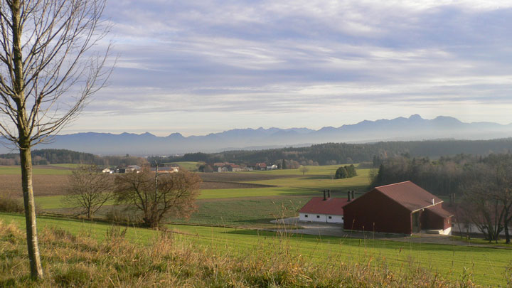 バイエルン州南部・バイエルン・アルプスを望む農村
