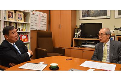 石破茂・自民党衆議院議員とインタビュアーの谷口教授