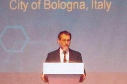 祝辞を述べるビルジーノ・メローラ・ボローニャ市長(イタリア)