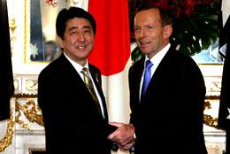 4月7日、迎賓館で握手する安倍晋三首相(左)と豪州のトニー・アボット首相(首相官邸ホームページより)