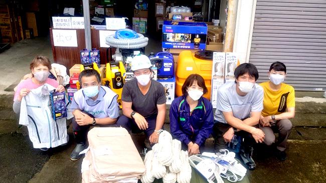 物資を受け取ったくまもと友救の会の松岡さん(左から2人目)、パルシステム連合会の松野副理事長(右から3人目)、よか隊ネット熊本の土黒さん(右から2人目)