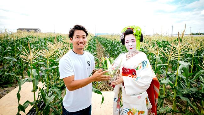ロックファーム京都の村田翔一代表(写真左)とイメージガールの舞妓さん