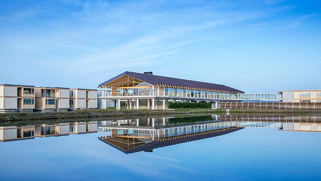 山形庄内の水田に浮かぶように建つホテル