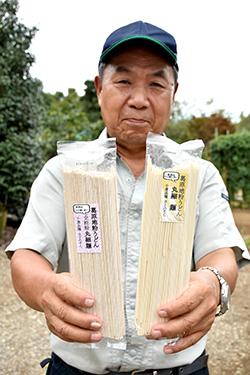 丸細うどんを手にする葛原(くずはら)地粉を作る会の大貫正雄代表