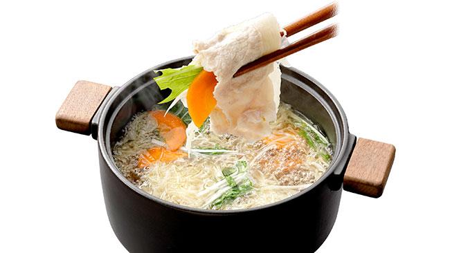 鍋つゆに野菜と肉をくぐらせ、野菜を肉で巻いて食べる