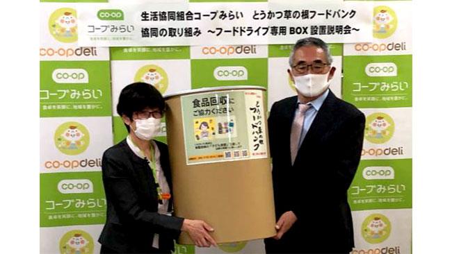 設置説明会に参加したコープみらいの首藤氏(写真左)と、とうかつ草の根フードバンクの髙橋氏