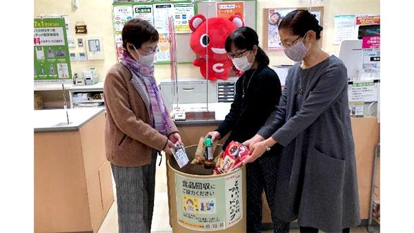 食品回収ボックスに食品を入れる利用者