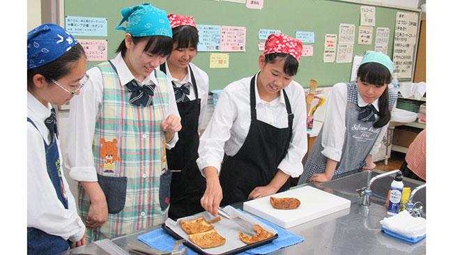 「食材使いきり料理」を試作する四街道高校料理研究部の生徒ら