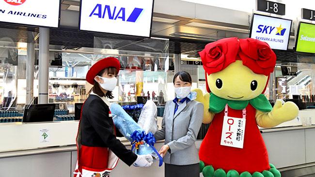 バラ苗生産日本一の岐阜県大野町 セントレア空港をバラの花束で激励