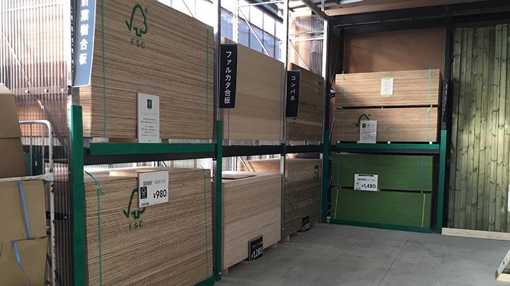 FSC認証製品を緑色の棚に陳列したカインズの店舗